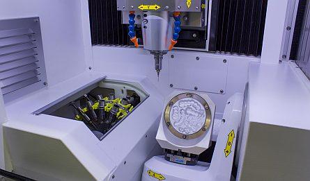 Moderne Dental-Fräsmaschine in unserem Fräszentrum